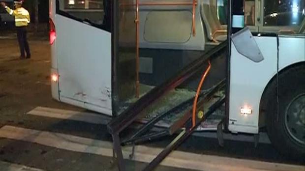 Şoferul autoturismului a intrat în plin în uşa din spate a autobuzului<br />Foto: Romaniatv