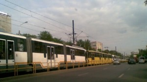 Zeci de maşini şi tramvaie blocate în Drumul Taberei din Capitală din cauza unui accident rutier. FOTO: Romania TV.
