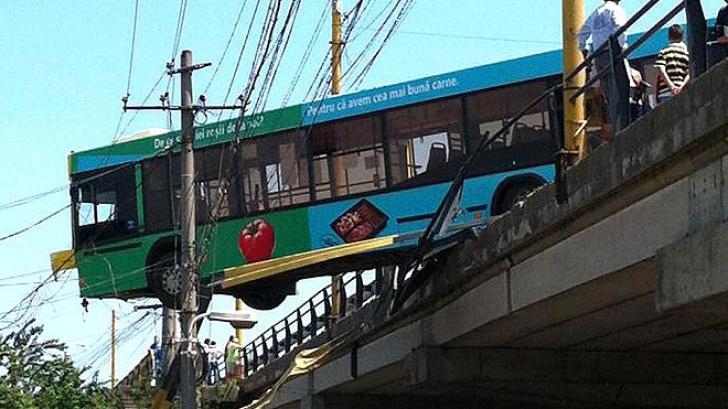 Autobuz suspendat pe Podul Buteliilor din Constanţa. Foto: cugetliber.ro